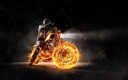 Motorbiker escuro que fica em motocicleta ardente, separada no blac Fotos de Stock Royalty Free
