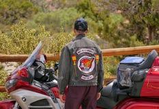 Motorbiker hawaïen - emblème sur sa veste Photo stock