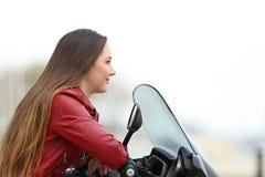 Motorbiker que mira lejos en una moto Foto de archivo libre de regalías