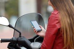 Motorbiker sprawdza mądrze telefonu seansu ekran obrazy stock