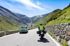 Motorbiker sta guidando la sua bici del motociclo Immagini Stock