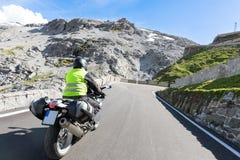 Motorbiker sta guidando la sua bici del motociclo Fotografia Stock Libera da Diritti