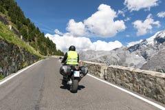 Motorbiker sta guidando la sua bici del motociclo Fotografie Stock