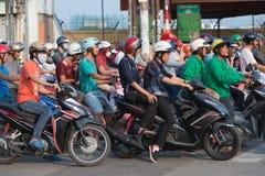 Motorbikers aux feux de signalisation dans la ville de Saigon Images stock