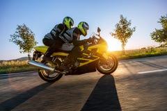 Motorbikers bij sportenmotor het berijden in zonsondergang Royalty-vrije Stock Foto's