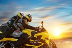 Motorbikers bij sportenmotor het berijden in zonsondergang Stock Foto