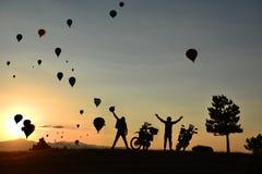 Motorbikers ondulant aux ballons à air chauds images stock