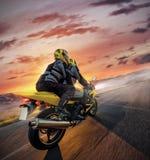 Motorbikers sulla guida della motocicletta di sport nel paesaggio alpino Immagine Stock Libera da Diritti