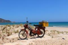 Motorbiking alrededor de las playas en el Bon del casquillo, Túnez fotos de archivo