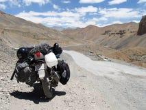 Motorbiking på den Leh-Ladakh huvudvägen royaltyfria foton