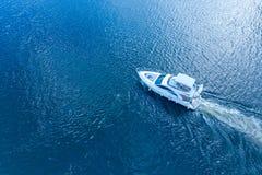 Motorboat ściga się przez rzeki w świetle słonecznym Odgórny widok obrazy stock