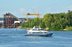 motorboat κατασκευής γεφυρών π&epsilo Στοκ Φωτογραφία