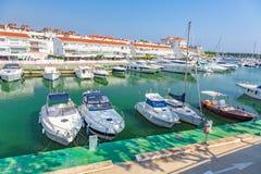 Motorboat λιμάνι σε ένα χωριό Plaja de Aro στην Ισπανία, 13 10, χωριό Plaja de Aro, Καταλωνία, Ισπανία του 2017 Στοκ φωτογραφία με δικαίωμα ελεύθερης χρήσης