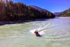 Motorboat με τους ανθρώπους στοκ εικόνες