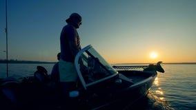 Motorboat παίρνει πλοηγημένο από δύο ψαράδες μέσω μιας λίμνης φιλμ μικρού μήκους