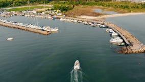 Motorboat πλησιάζει τις αποβάθρες στον κόλπο απόθεμα βίντεο