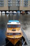 Motorboat πρόσδεσης στον ποταμό στην πόλη Στοκ φωτογραφία με δικαίωμα ελεύθερης χρήσης