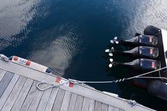 Motorboat στην αποβάθρα στοκ εικόνες