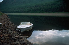 Motorboat στην όχθη ποταμού Στοκ φωτογραφία με δικαίωμα ελεύθερης χρήσης