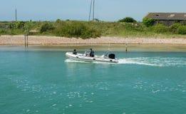 Motorboat στον ποταμό Arun, Littlehampton, Αγγλία Στοκ Εικόνες