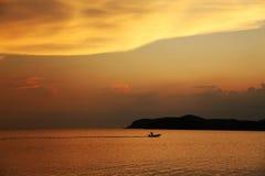 Motorboat στο ηλιοβασίλεμα Στοκ Εικόνες