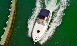 Motorboat com o dossel azul da lona foto de stock royalty free