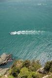 Motorboat, dennej i skalistej linia brzegowa przeglądać od above, obraz royalty free