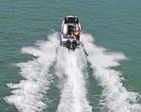 Motorboat externo bimotor fotos de stock royalty free