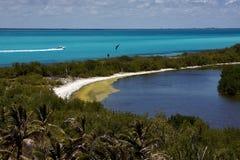 Motorboat i den contoy lagunen för isla arkivfoto