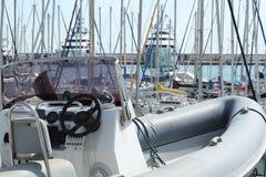 Motorboat inflável na doca seca Fotos de Stock