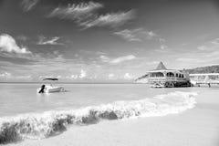 Motorboat, jacht na wodzie, kawiarnia w St John, Antigua zatoka Zdjęcie Royalty Free