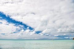 Motorboat, jacht na wodzie z boja, podróżowanie i wakacje, Obrazy Royalty Free