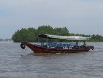 Motorboat, na którym wziąć na wycieczce Mekong delta turyści Wietnam zdjęcie royalty free