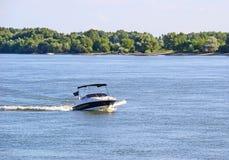 Motorboat na rzece obrazy royalty free