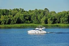 Motorboat na rzece Zdjęcie Royalty Free