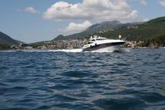 Motorboat no louro de Boka Kotorska foto de stock