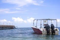 Motorboat och brygga arkivfoton