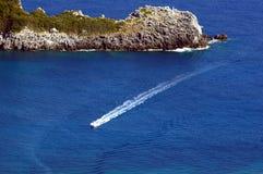 Motorboat och halvö på den Corfu ön royaltyfri foto