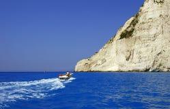 Motorboat och klippa royaltyfri fotografi