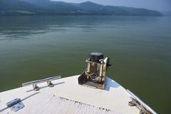 Motorboat po środku błękitne wody Jeziorny Tahoe, Kalifornia, Stany Zjednoczone zdjęcia stock
