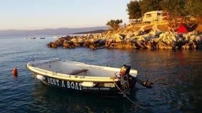 Motorboat po środku błękitne wody Jeziorny Tahoe, Kalifornia, Stany Zjednoczone Obraz Stock