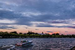 Motorboat przejażdżka na jeziorze przy zmierzchem Zdjęcie Stock