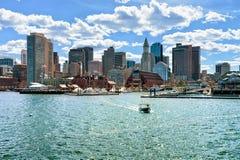Motorboat przy Długim nabrzeżem z Customhouse blokiem w Boston MA zdjęcie stock