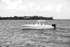 Motorboat przy kotwicą w morzu w Philipsburg, St Maarten obrazy royalty free