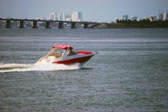 Motorboat vermelho com guarnição branca imagens de stock royalty free