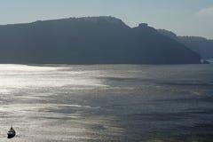 Motorboat w kalderze komponuje Oia scenerię w Santorini zdjęcie royalty free