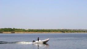 Motorboat wzdłuż rzeki zdjęcie wideo