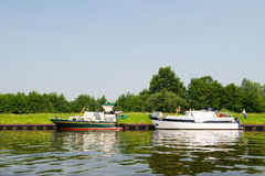 Motorboats i floden Fotografering för Bildbyråer