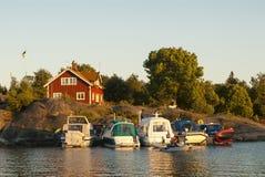 Motorboats som förtöjas till skärgårdklippan Arkivfoton