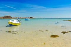 Motorboats zakotwiczali seashore lata tło Obraz Stock